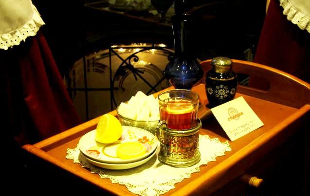Запах мёда, вкус еды. Тонкое и плотное. В тени светила... Гоп со смыком, самовар. Улицы. Витрины. Автор фото - А.Г.Огнивцев.