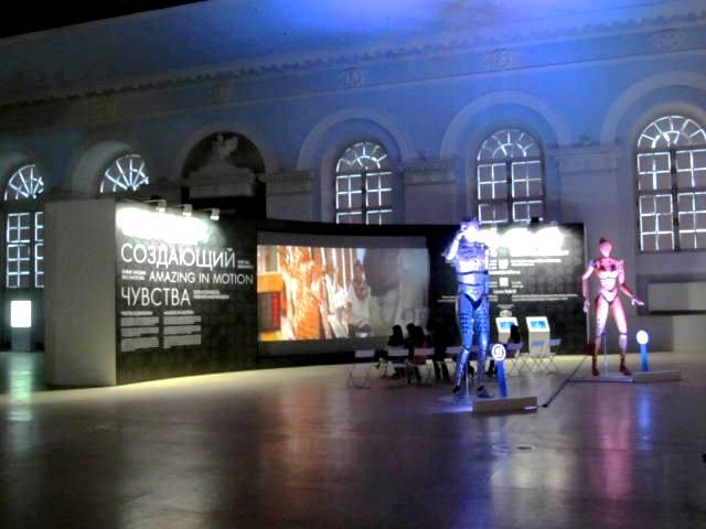 Создающий чувства в движении... Lexus HybridArt. Современное искусство в Манеже 09.08.2013г. после 19 часов. Автор фото председатель НСНБР А.Г.Огнивцев.